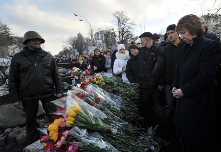 Catherine Ashton minnes de døde på Majdan-plassen. Legg merke til hvor nøye hun observeres av folkene rundt.