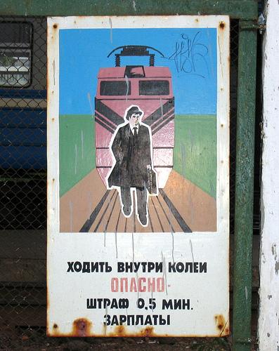 Ikke gå foran toget, heter det på denne plakaten i Hviterussland. Straffen er 0,5 prosent av minimumslønnen. Men for andre forbrytelser er det dødsstraff. Foto: CC/Novocortex