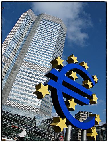 Euro under press. EU-landene har i helgen satt opp et forsvarsfond på 6000 milliarder kroner mot markedets spekulanter. Foto: CC-Uggboy