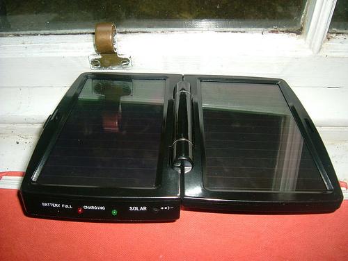 Med mobil med solarlader slipper du ledninger. Foto: James Morrison, Creative Commons