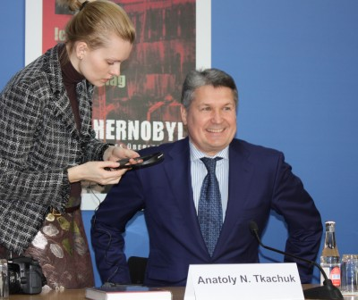 Tsjernobyl-helten Anatolij Tkachuk med datter Gagarina under bokpresentasjonen i i Berlin. Foto: Dag Yngland