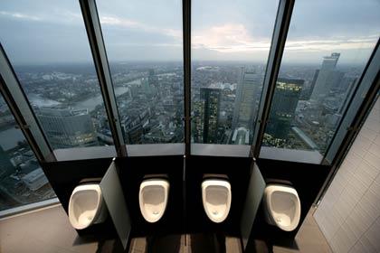 Pissoarene  i Frankfurts høyeste bankbygning, Commerzbank Tower, gir banktoppene et spesielt syn på verden.  Foto: Dag Yngland