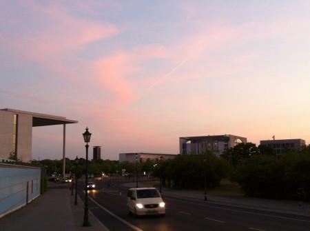 """Rød euro? Var det varsel om røde euro-skyer over Bundeskanzleramt i Berlin igår kveld? Vil en """"rød euro"""" under  ledelse av sosialdemokrater og sosialister og grønne virkelig være annerledes enn dagens? Foto: Dag Yngland"""