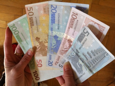 Min euro? Din euro! Europeiske medier spekulerer i hvilke euro-sedler som kan bli tatt ut av valutasamarbeidet. En Y i seddelkoden betyr at den er gresk og i fare for å bli devaluert til drakme. Foto: Dag Yngland