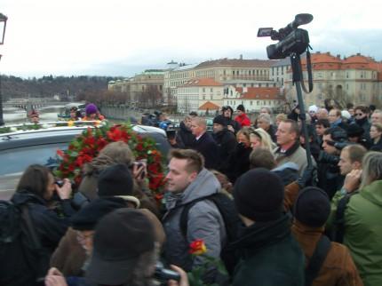 Vaclav Havel ble fulgt av på sin siste reise Foto: Trond Antonsen