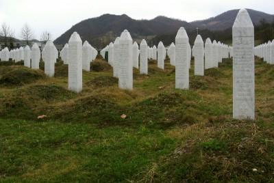 Gravsteinene i minnesmerket etter massakren i Srebrenica. Foto: CC/Mikael Büker