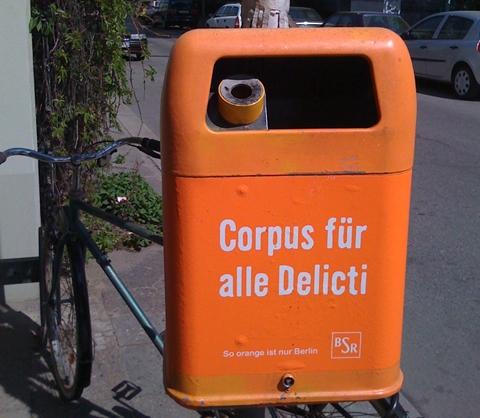 Språklig søppel. I Berlin bruker byens renovasjonsvesen et latinsk ordspill på søppelbøttene for å nå byens flerkulturelle befolkning. (foto: Dag Yngland)