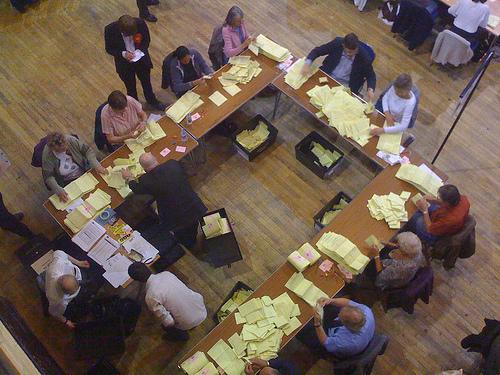 Stemmeopptelling i rådhuset i Leeds (foto: Coneee, CC-lisens: by-nc-sa)