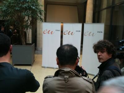 Er dette det nye EU? Pressefotografene i Brussel strever med å ta spennende bilder av EUs nye logo. Foto: Dag Yngland