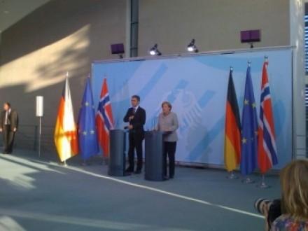 Jens Stoltenberg kan fortsette å møte europeiske ledere som kansler Angela Merkel. Foto: Dag Yngland