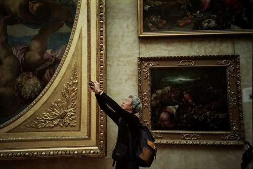 Turist i Louvre (foto: nuriko san, CC: by-nd)