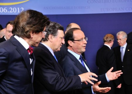 Tett samspill. Den franske presidenten Francois Hollande (i midten med briller) fosser frem på toppmøtet i Brussel igår, men den italienske statsministeren Mario Mont (i bakgrunnen til høyre) lyktes bedre med sitt taktiske opplegg. Foto: EU-kommisjonen