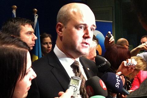 Reinfeldt etter pressekonferansen (foto: Dag Yngland)