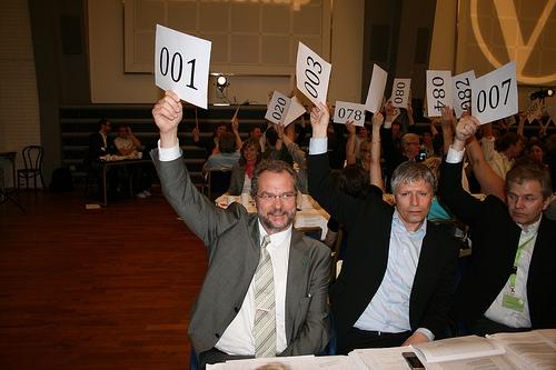 Partiledelsen stemmer under Venstres EU-debatt 2009 (foto: Christoffer Biong, Venstre. CC-lisens: by-sa)