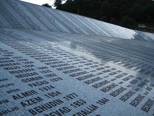 Minneplakett over de drepte i Srebrenica (foto: Radio Nederland Wereldomroep. CC-lisens: by-nd)