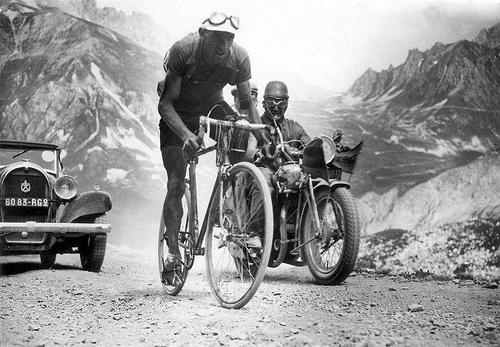 Federico Ezquerra forserer en høyde i Tour de France 1934 (foto: Spaarnestad Photo, ingen kjente copyrightrestriksjoner)