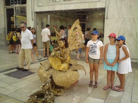Gull glimrer, men blinder. Denne unge damen fant jeg i en ekskluiv handlegate i Malaga. Spania, som ble verdens rikeste land på inntektene fra gull go grønne skoger i kolonirikene, har vært verdens mest ustabile stat økonomisk. Landet topper listen over statsbankerott gjennom tidene. Foto: Dag Yngland