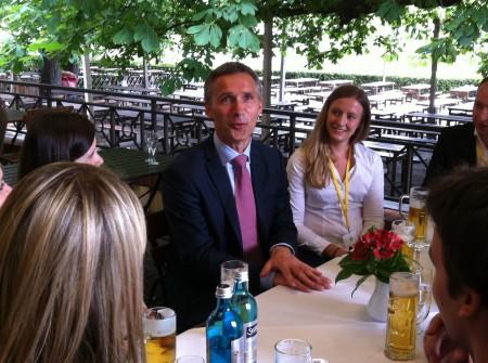 Trives blant ungdommen. Jens Stoltenberg snakket gjerne med norske og andre europeiske ungdommer i Berlin. Foto: Dag Yngland